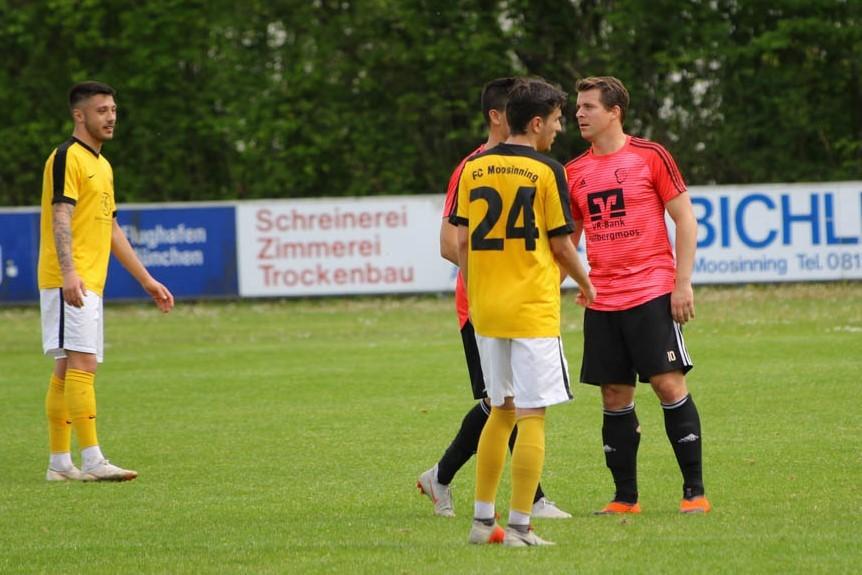 Kein Fußballwunder/ VfB gewinnt zwar 2:0 in Moosinning, aber Deisenhofen siegt auch