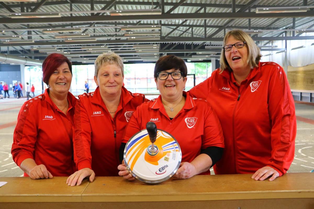 Bezirkspokal der Damen unter den Augen des Vorsitzenden des DESV/ VfB Damen schaffen die Quali