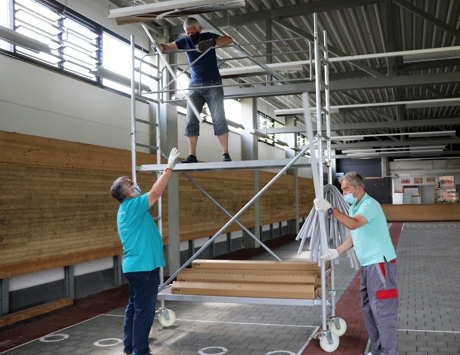 Licht aus ...Spott an  Stockschützen bauen LED-Lampen ein