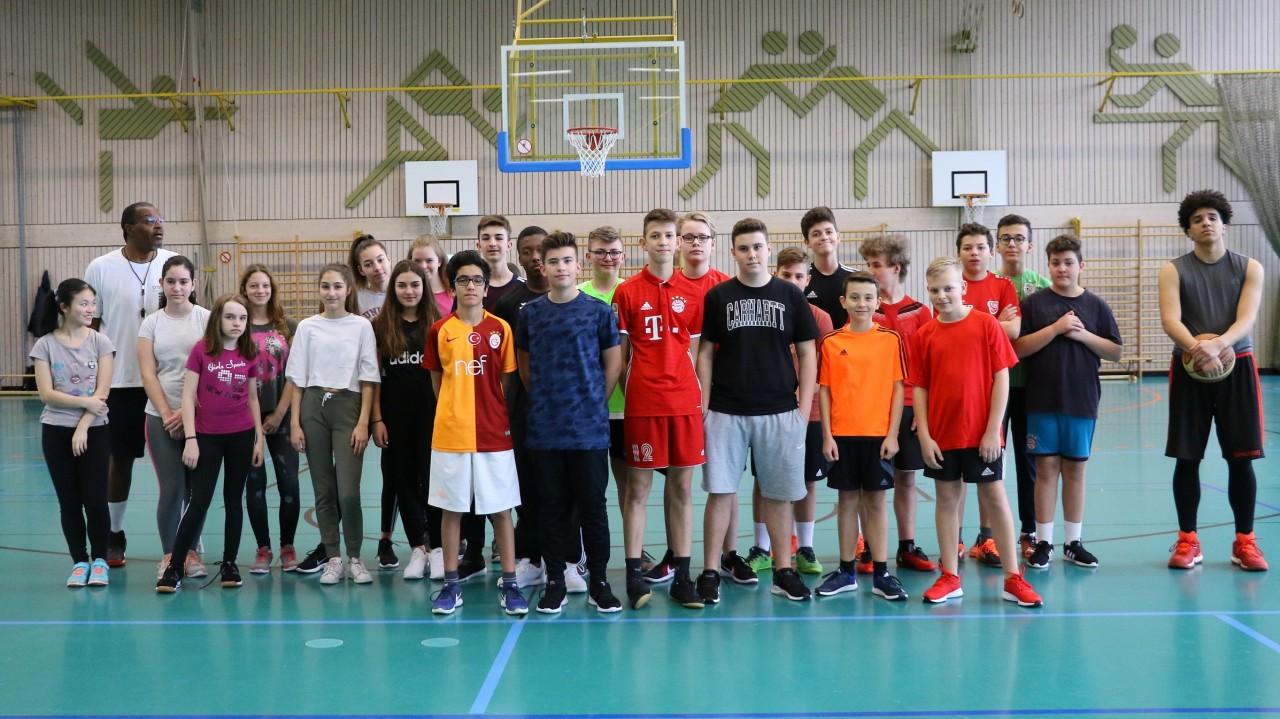 VfB bietet ab April wieder Basketball an/ Ralph Ledbetter trainiert Achtklässler