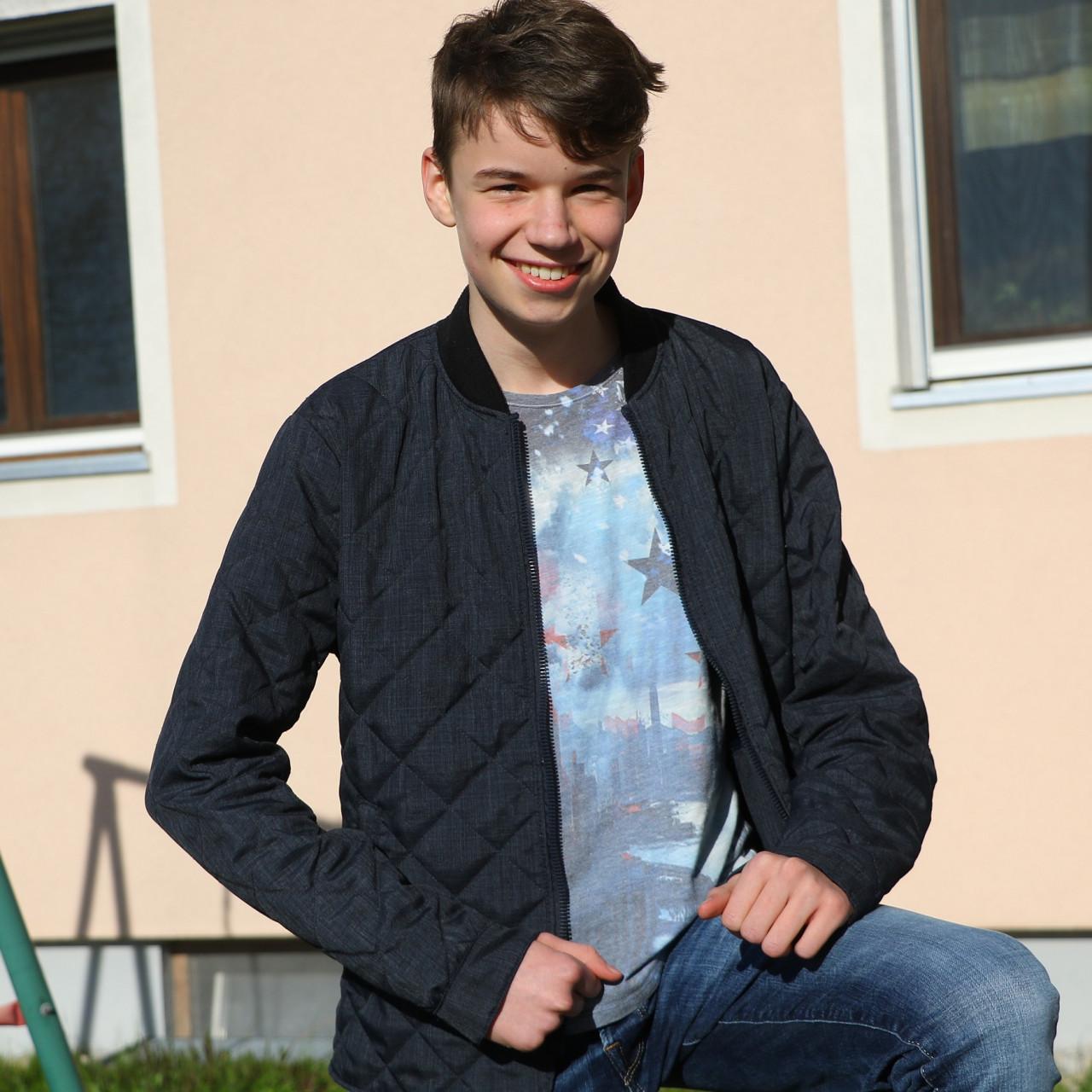 Felix Hoffmann  hilft mit Begeisterung beim Kinderturnen